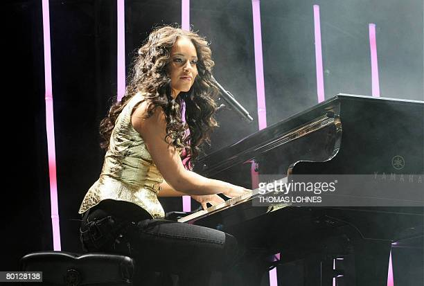US singer Alicia Keys performs onstage at the Festhalle in the central German city of Frankfurt/M on March 4 2008 Keys continued her tour to promote...