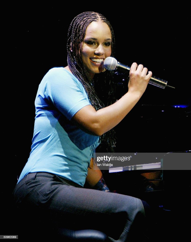 R&B singer Alicia Keys sings a song at the launch of iTunes Music Store in the territories of Great Britain, Germany and France, on June 15, 2004 in London. The iTunes store allows users to buy and download albums or individual songs from a library of 700,000 songs.