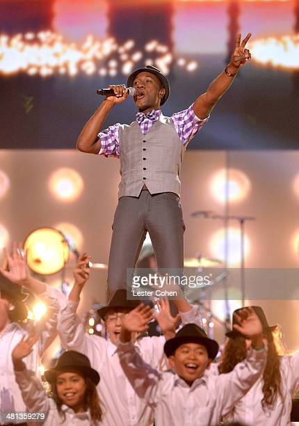 Singer Aloe Blacc performs with the MUSYCA Children's Choir onstage during Nickelodeon's 27th Annual Kids' Choice Awards held at USC Galen Center on...