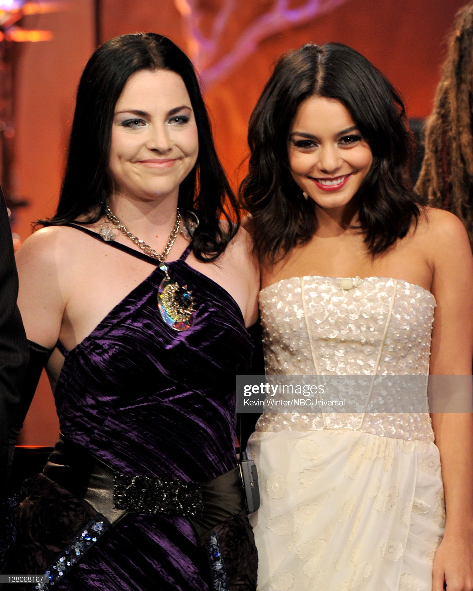 ¿Cuánto mide Amy Lee? - Altura - Real height Singer-amy-lee-of-evanescence-and-actress-vanessa-hudgens-appear-on-picture-id138068167?s=2048x2048