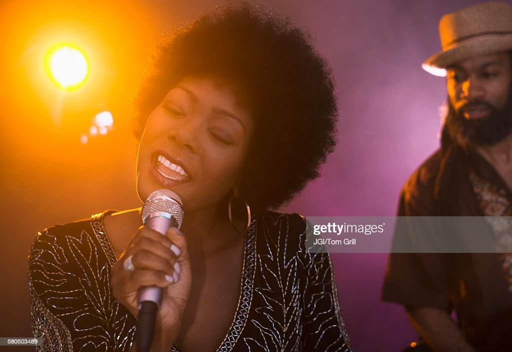 Singer and musician performing on stage : Foto de stock