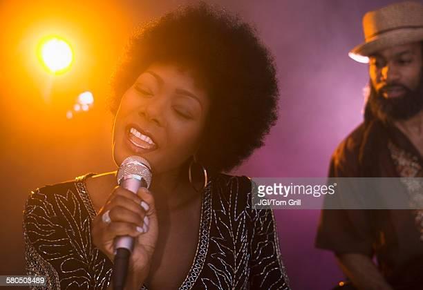 singer and musician performing on stage - cantora - fotografias e filmes do acervo