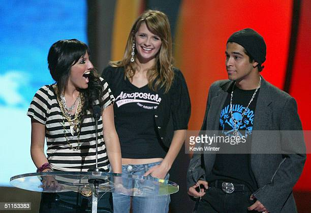 Singer Ashlee Simpson accepts the Choice Fresh Face award from actors Mischa Barton and Wilmer Valderrama on stage at The 2004 Teen Choice Awards...