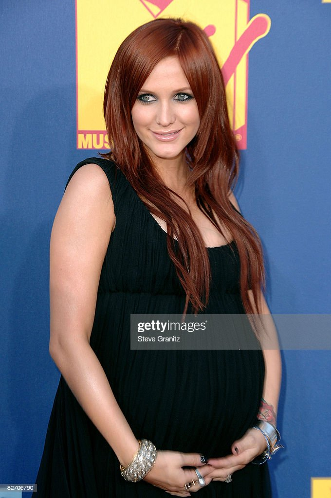 Singer Ashlee Simpson arrives at the 2008 MTV Video Music Awards at Paramount Pictures Studios on September 7, 2008 in Los Angeles, California.
