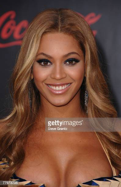 Singer Beyonce arrives to the 2007 American Music Awards at the Nokia Theatre on November 18 2007 in Los Angeles California