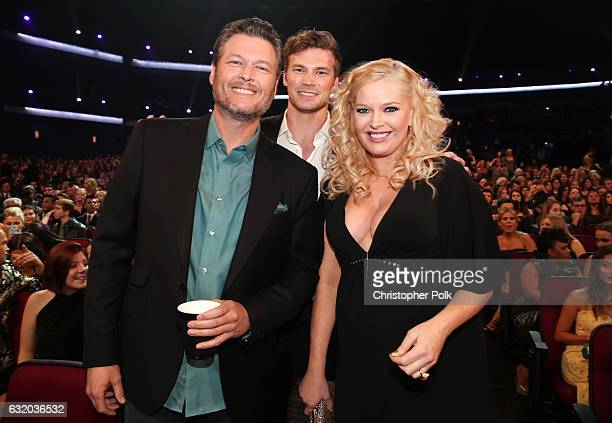 Singer Blake Shelton Derek Theler and Melissa Peterman attend the People's Choice Awards 2017 at Microsoft Theater on January 18 2017 in Los Angeles...