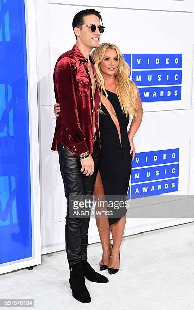 Singer Britney Spears and G-Eazy arrive for the 2016 MTV Video Music Awards August 28, 2016 at Madison Square Garden in New York. / AFP / Angela Weiss