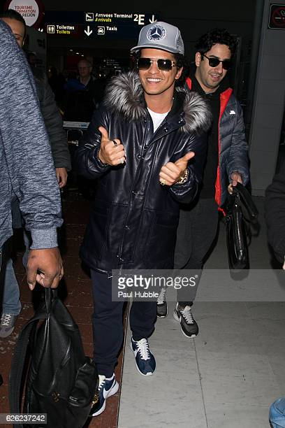 Singer Bruno Mars arrives at Aeroport Roissy Charles de Gaulle on November 28 2016 in Paris France