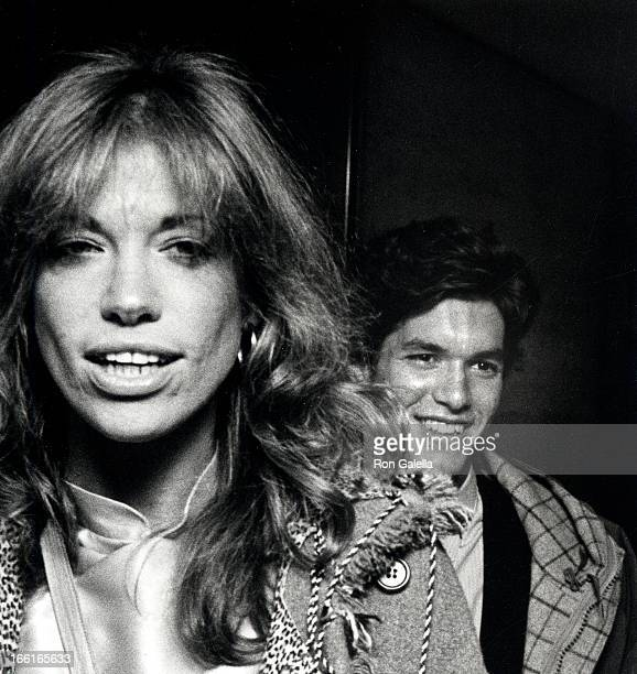 """Singer Carly Simon and date attending the premiere of """"Heaven's Gate"""" on November 18, 1980 at Cinema 1 in New York City, New York."""