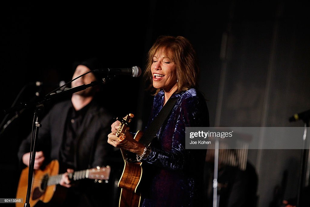The Grammy Museum Hosts An Evening with Carly Simon : News Photo