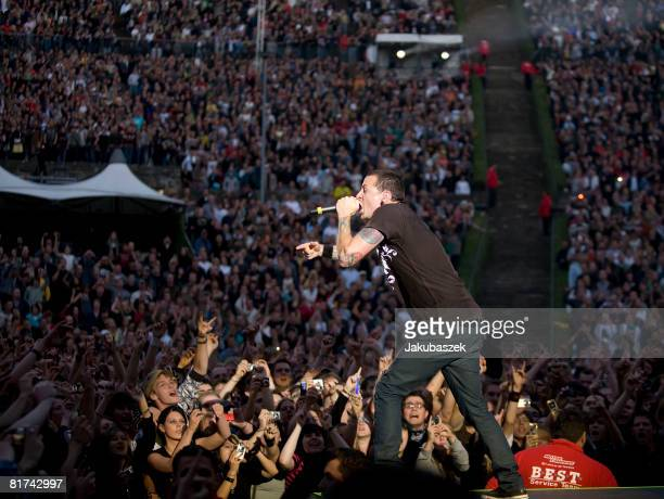 Singer Chester Bennington of the US crossover Rock band 'Linkin Park' performs live during a concert at the Waldbuehne on June 27 2008 in Berlin...