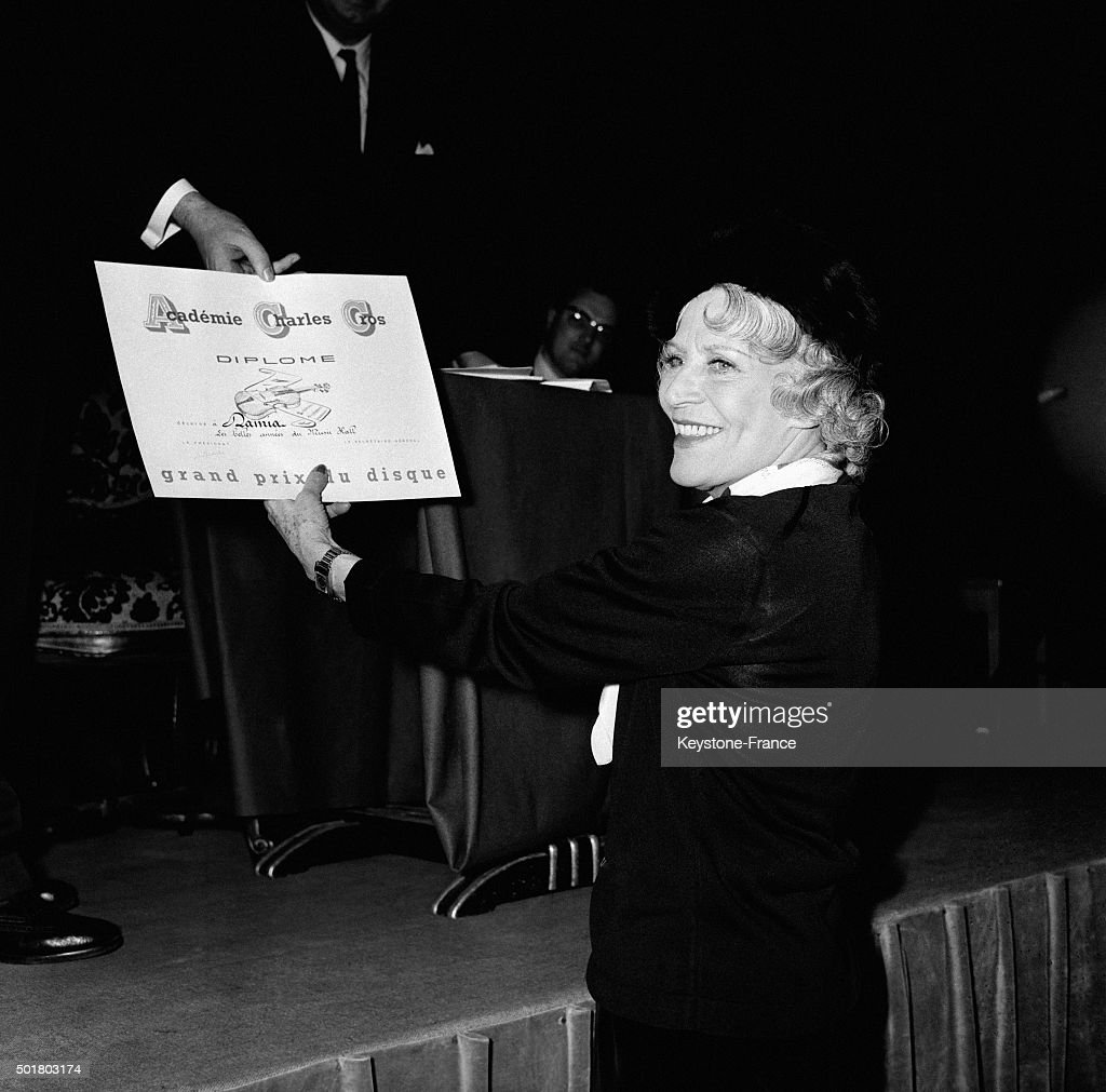 Singer Damia Receives The Grand Prix International Du Disque 1963 From The Académie Charles Cros : Photo d'actualité