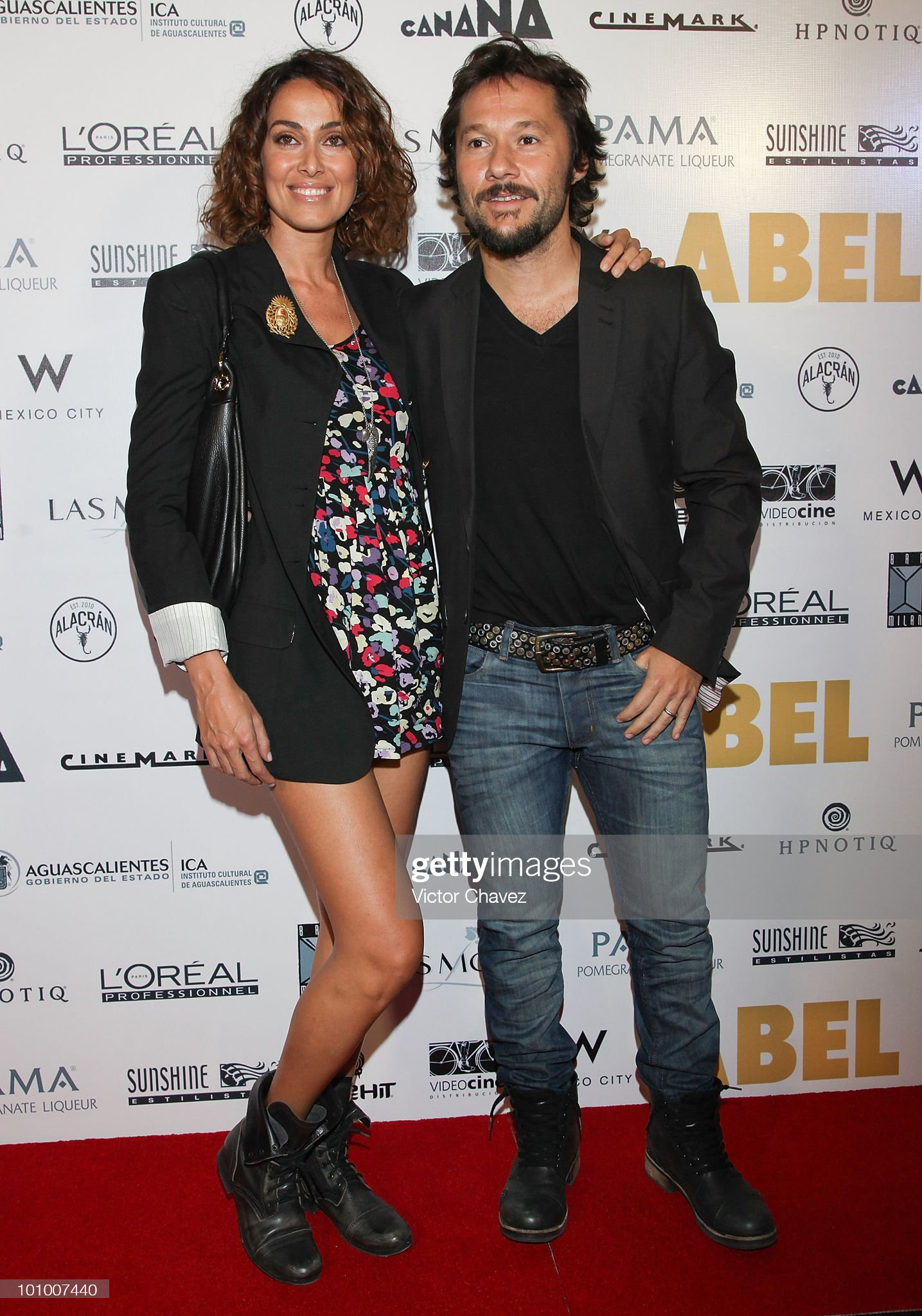¿Cuánto mide Diego Torres? - Altura Singer-diego-torres-and-his-wife-debora-bello-attend-the-abel-mexico-picture-id101007440?s=2048x2048