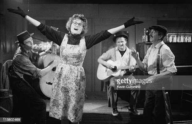 Singer Eddi Reader and guitarists Simon Edwards and Mark E Nevin of British acoustic pop group Fairground Attraction performing in a bar in New...