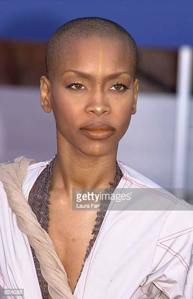 Singer Erykah Badu arrives at the 43rd Annual Grammy Awards held at Staples Center February 21 2001 in Los Angeles CA