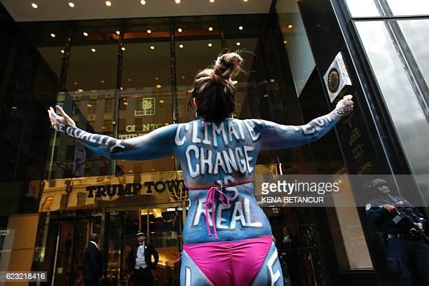 Singer Gigi love protests against climate change outside the Trump Tower in New York on November 14 2016 / AFP / KENA BETANCUR