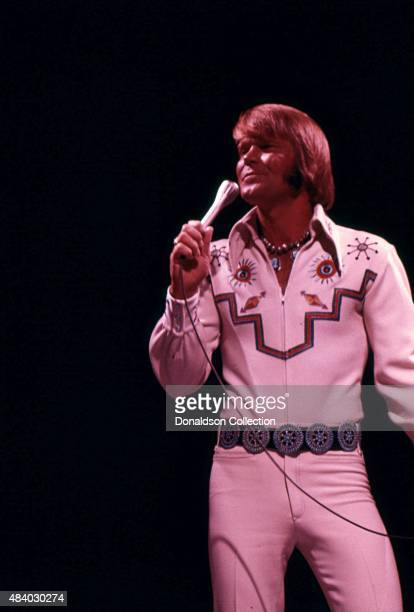Singer Glen Campbell performs onstage in July 1974. (Photo by