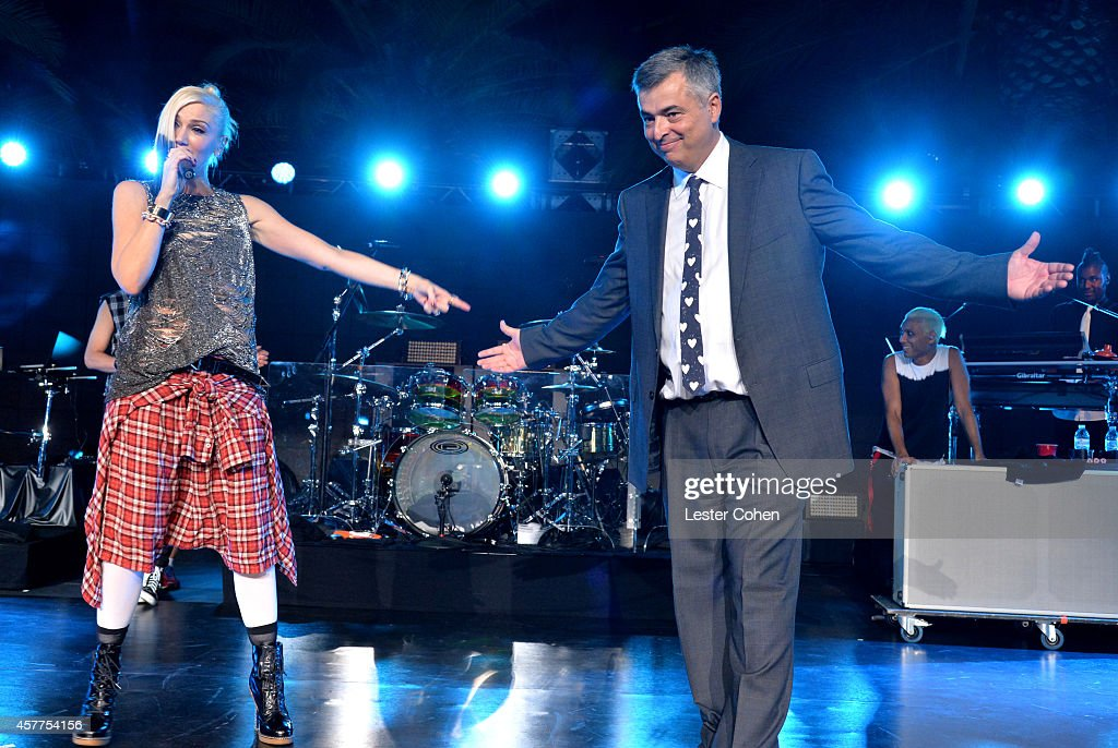 Singer Gwen Stefani (L) and honoree Eddy Cue onstage during the City of Hope Spirit of Life Gala honoring Apple's Eddy Cue at the Pacific Design Center on October 23, 2014 in West Hollywood, California.
