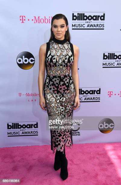Singer Hailee Steinfeld arrives at the 2017 Billboard Music Awards at the TMobile Arena on May 21 2017 in Las Vegas Nevada / AFP PHOTO / MARK RALSTON
