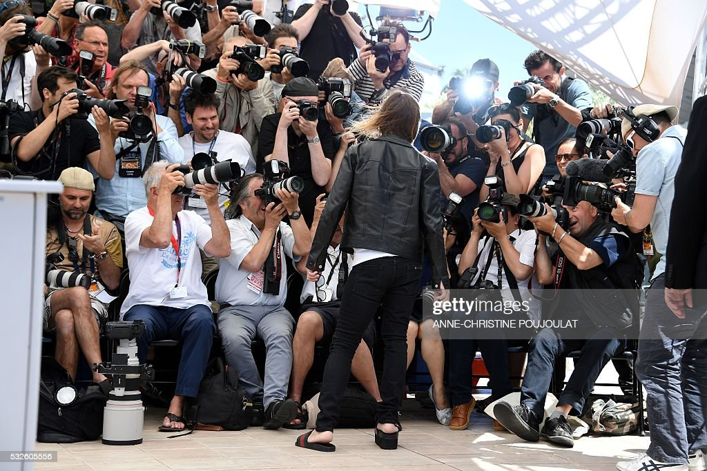 TOPSHOT - US singer Iggy Pop poses on May 19, 2016 during a photocall for the film 'Gimme Danger' at the 69th Cannes Film Festival in Cannes, southern France. / AFP / ANNE