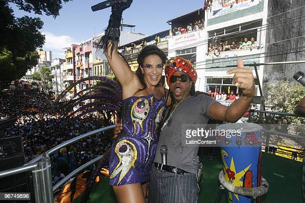 Singer Ivete Sangalo and Carlinhos Brown perform at Dodo circuit during Salvador's carnival on February 16 2010 in Salvador Brazil