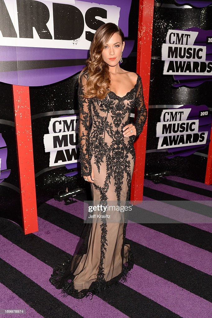 Singer Jana Kramer Arrives At The 2013 Cmt Music Awards At