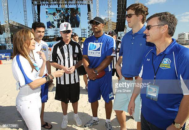 Singer Jennifer Lopez Mark Sanchez of the New York Jets NFL Hall of Famer Warren Moon Eli Manning of the New York Giants and President and CEO of...