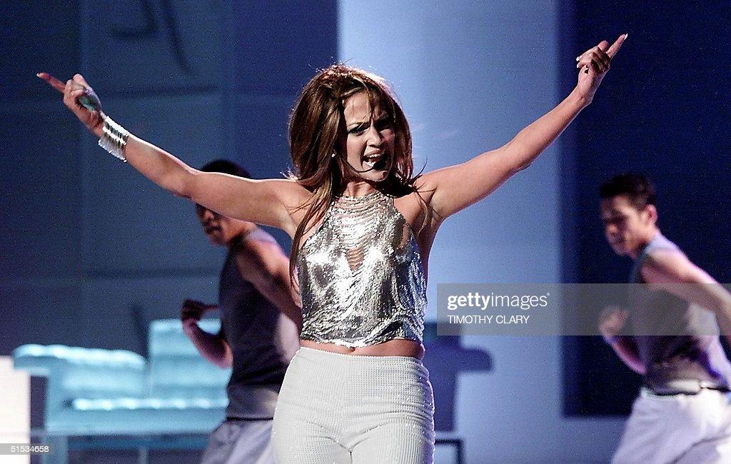 Singer Jennifer Lopez performs at the 1999 VH1-Vog : Fotografía de noticias