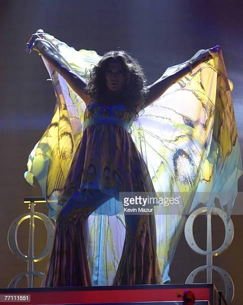 "Singer Jennifer Lopez performs at Trump Taj Mahal Casino and Resort during the ""En Concierto"" tour on September 29, 2007 in Atlantic City, New..."