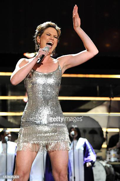Singer Jennifer Nettles of the band Sugarland performs onstage during 'VH1 Divas Salute the Troops' presented by the USO at the MCAS Miramar on...