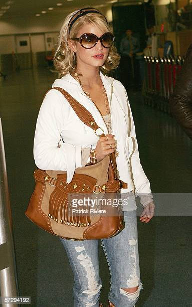 Singer Jessica Simpson arrives at Sydney International Airport on April 10 2006 in Sydney Australia Jessica Simpson is in the country for the 2006...