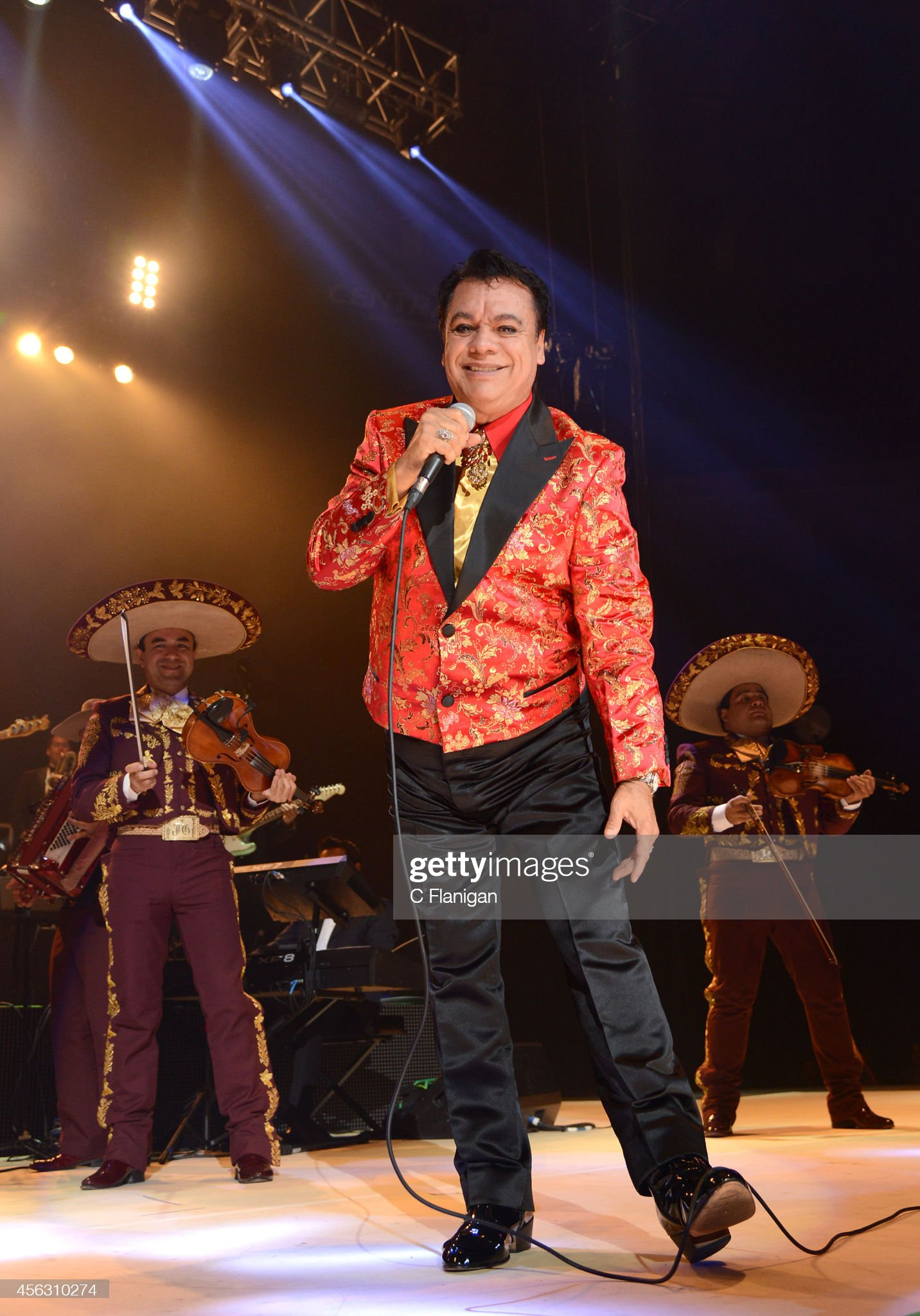 ¿Cuánto mide Juan Gabriel? - Altura - Real height Singer-juan-gabriel-performs-during-his-volver-tour-2014-on-september-picture-id456310274?s=2048x2048