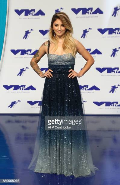 Singer Julia Michaels arrives at the MTV Video Music Awards 2017 In Inglewood California on August 27 2017 / AFP PHOTO / TOMMASO BODDI