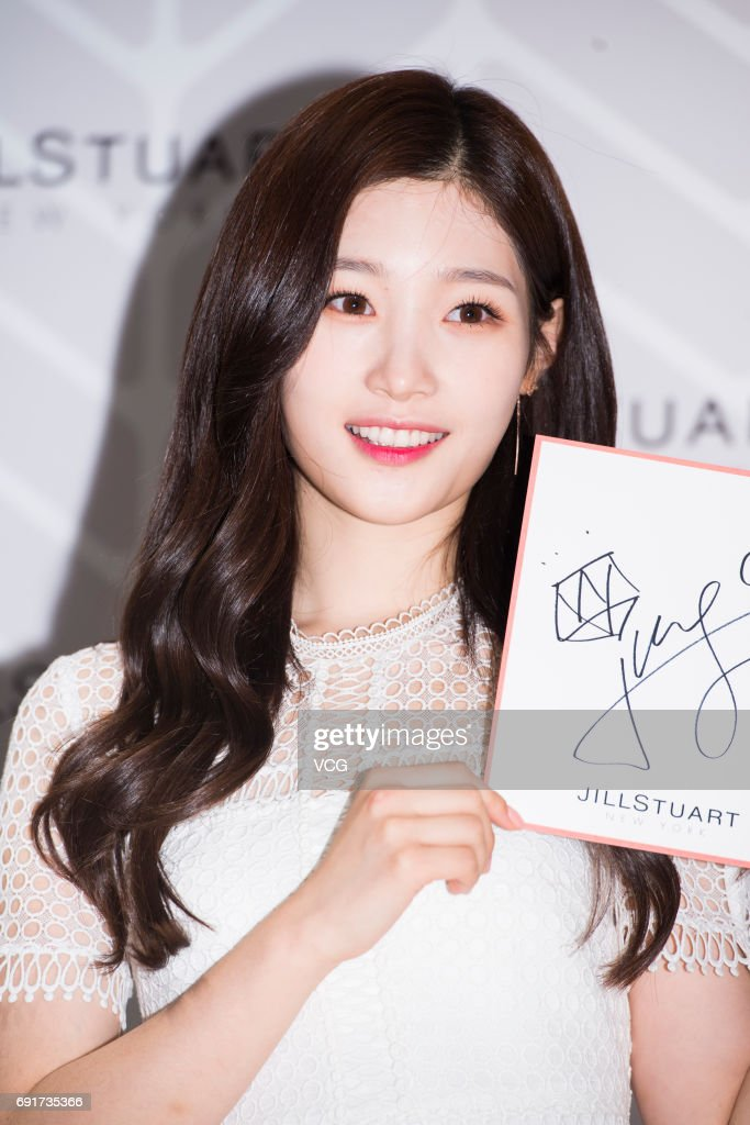Jung chae yeon attends signing event in seoul singer jung chae yeon of south korean girl group dia attends the signing event of voltagebd Images