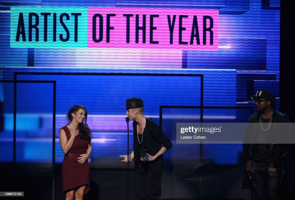 Singer Justin Bieber (C), mother Patricia (L) and singer will.i.am speak onstage during the 40th Anniversary American Music Awards held at Nokia Theatre L.A. Live on November 18, 2012 in Los Angeles, California.