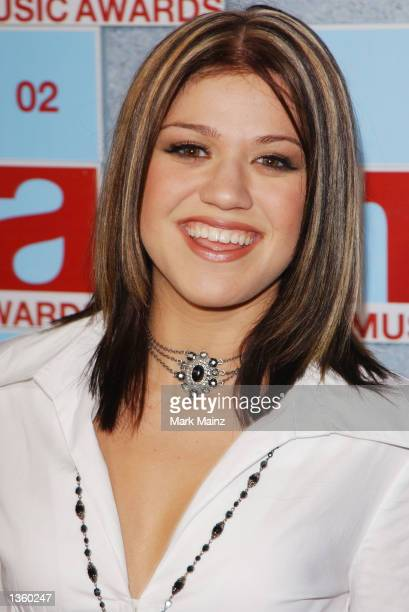 "Singer Kelly Clarkson from the television show ""American Idol"" arrive at the 2002 MTV Video Music Awards at Radio City Music Hall August 29,2002 in..."
