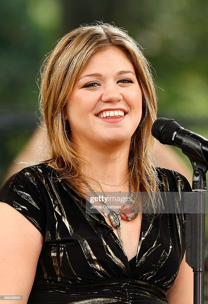Kelly Clarkson Performs On Abc S
