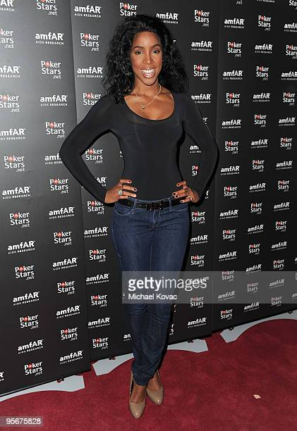 Singer Kelly Rowland arrives at the amfAR Cocktail Party PokerStars Red Carpet And Party at Aura Nightclub on January 9 2010 in Nassau Bahamas