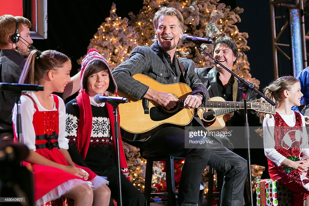 Singer Kenny Loggins performs at The Hollywood Christmas Parade ...