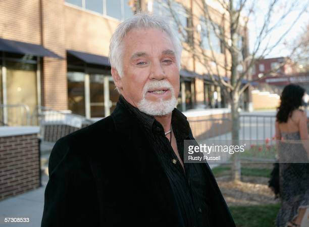 Singer Kenny Rogers arrives at the 2006 CMT Music Awards at the Curb Event Center at Belmont University April 10, 2006 in Nashville, Tennessee.