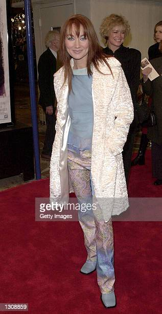 Singer Lari White arrives for the premiere of 'Cast Away' December 7 2000 in Los Angeles CA