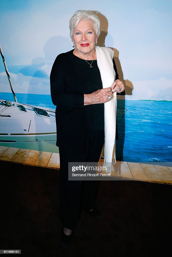 Singer Line Renaud attends the 'Ma famille t'adore deja' Paris Premiere at Cinema Elysee Biarritz on November 7, 2016 in Paris, France.