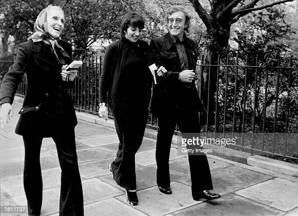 Singer Liza Minneli and actor Peter Sellers walk down a city street.