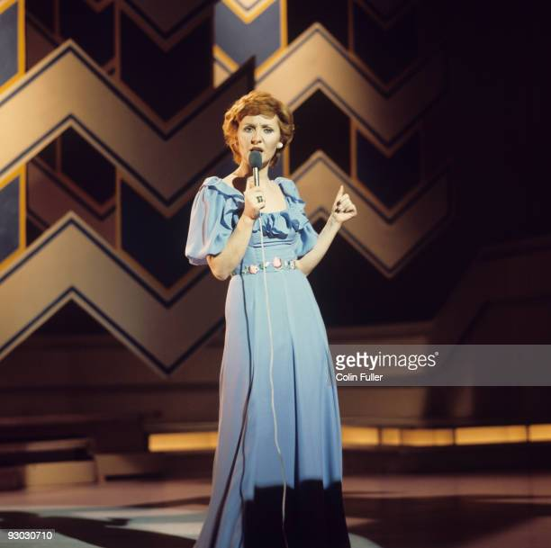Singer Lulu performs on stage in the 1970's