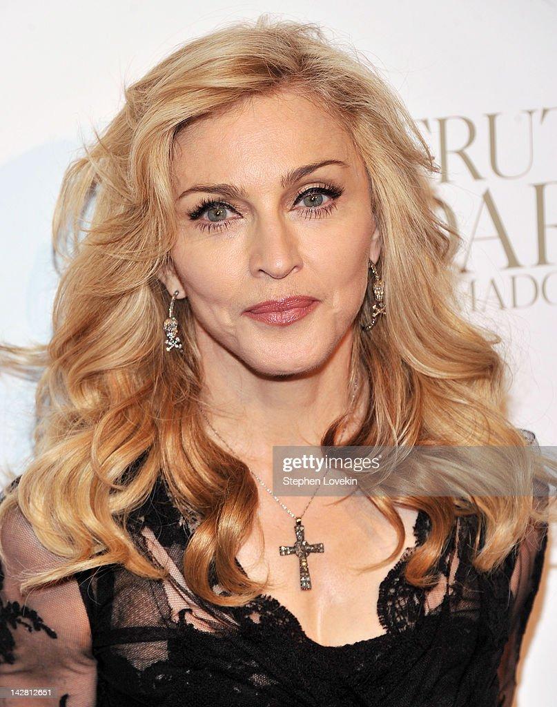 """Madonna Launches Her Signature Fragrance """"Truth Or Dare"""" By Madonna : Fotografía de noticias"""