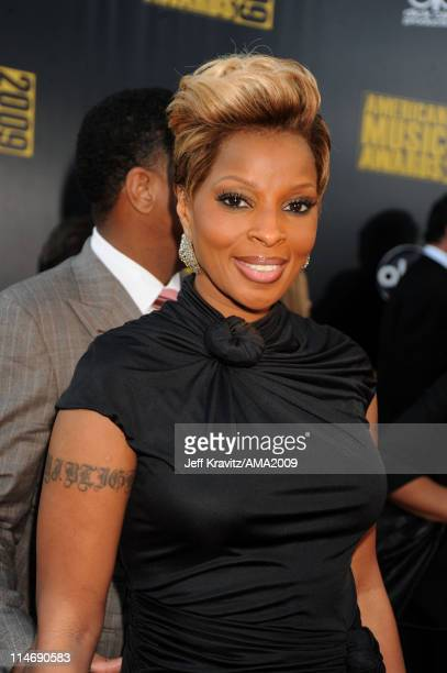 Singer Mary J Blige arrives at the 2009 American Music Awards at Nokia Theatre LA Live on November 22 2009 in Los Angeles California