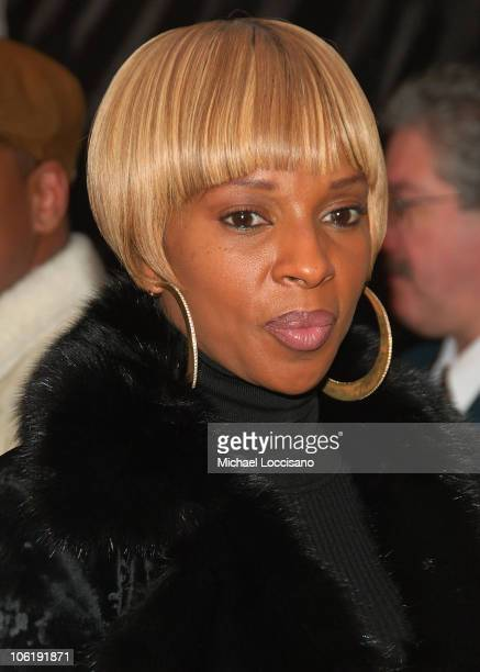 """Singer Mary J. Blige attends """"I am Legend"""" premiere at the WaMu Theater at Madison Square Garden on December 11, 2007 in New York City."""