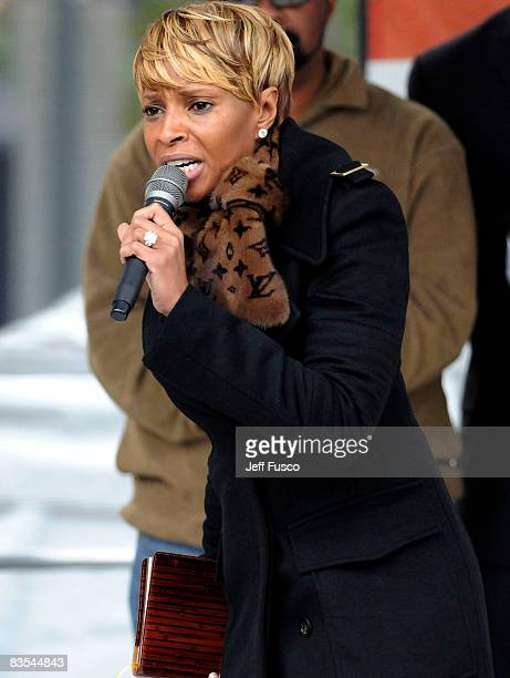Singer Mary J Blige speaks at a Promote The Vote Block Party in support of Democratic presidential nominee US Sen Barack Obama November 3 2008 in...