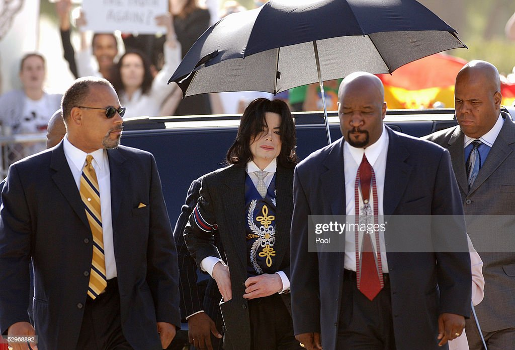 Singer Michael Jackson (C) arrives with his entourage at the Santa Barbara County Courthouse for his child molestation trial May 23, 2005 in Santa Maria, California. Jackson is charged in a 10-count indictment with molesting a boy, plying him with liquor and conspiring to commit child abduction, false imprisonment and extortion.