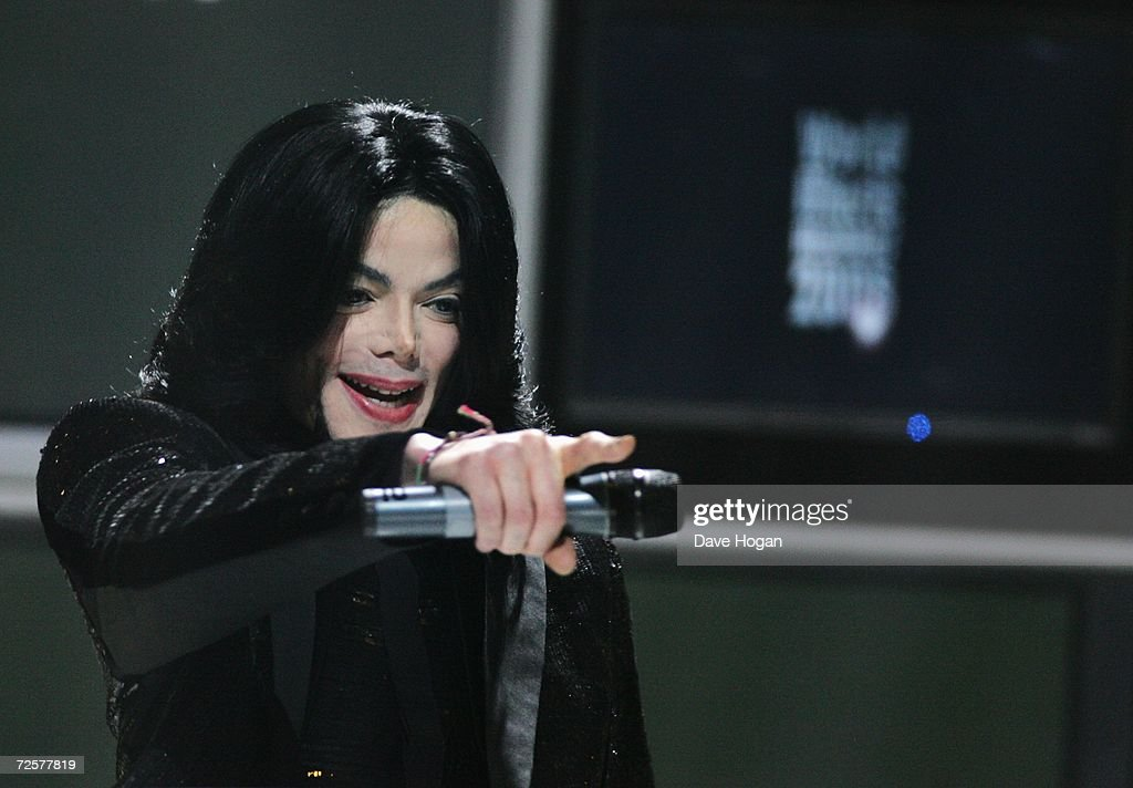 Singer Michael Jackson receives the Diamond Award during the 2006 World Music Awards at Earls Court on November 15, 2006 in London.